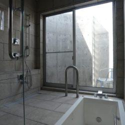 湯につかりながら青空や星空を眺められます。サッシュを開けると半露天風呂となり抜ける風が心地よいです。バスコートで湯上りの涼みもできます。住宅街に暮らしながら温泉地にいるかのような気分にも浸れるかもしれません。