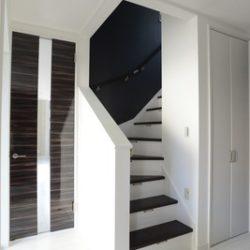 玄関。白と黒系のコントラストが来客者の目を奪う。