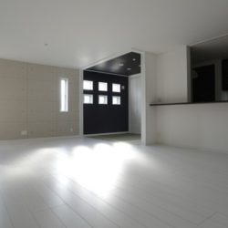 施主様のセンスが光るモダンリビング。白と黒の色彩コントラスト、明と暗の光のコントラスト。まさにモダンでアートな空間である。