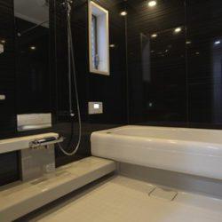 浴室も黒と白が基準。あまり何種類もの色を使わずに基本はブラック&ホワイトで全体をシックにまとめた。