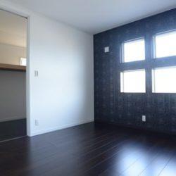 2階の個室のフローリングは黒を基調にした。壁のクロスの柄と絶妙にマッチしている。とてもエレガントである。