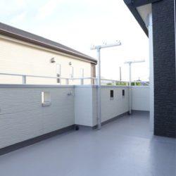 ガーデン・テラスとしても利用できる広いバルコニー。