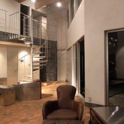 室内ドアはアルミ素材の1点ものを部屋の数だけオーダーで作りました。そのディテールはまったく飾りのないシンプルなものです。