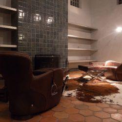 基本構造は木造在来工法での建築です。壁は漆喰左官仕上げ。暖炉の煙突等、部分的な壁面はせっ器質のタイルで仕上げました。